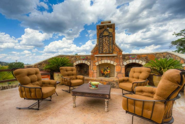 LUNA VISTA - 18 Acres, Outdoor Pool & Fireplace