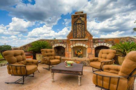 LUNA VISTA - 18 Acres, Outdoor Pool & Fireplace