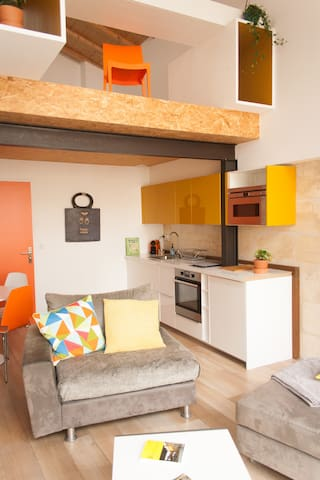 Vue d'ensemble séjour/Cuisine/Chambre et bureau en mezzanine