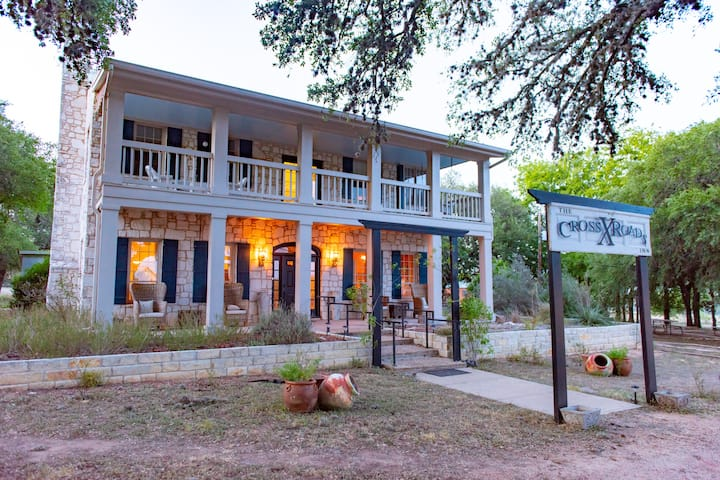 The Crossroads Inn - Rose Garden Suite (Upstairs)