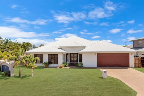 Edge Water 2 minutes from the beach with a pool!