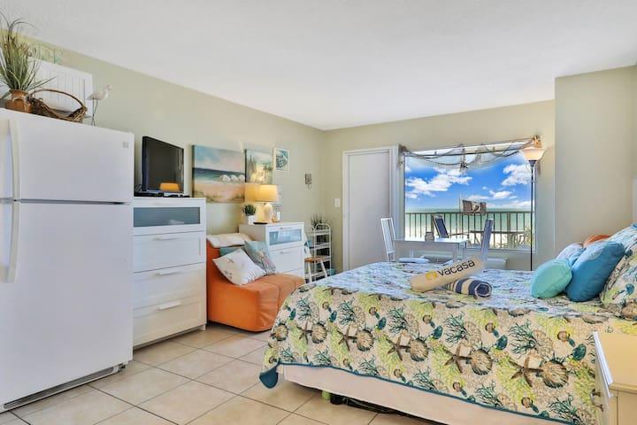 Beachfront studio w/ shared pool & breathtaking views - snowbirds welcome!