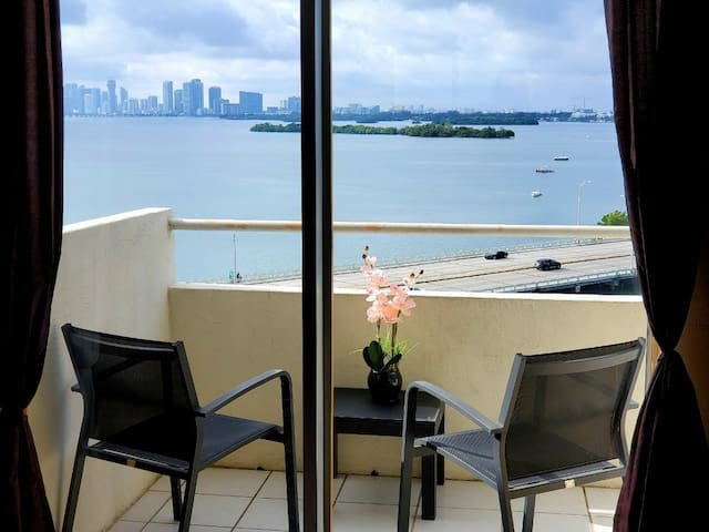 BEST WATERFRORNT VIEW IN MIAMI BEAUTIFUL APARTMENT