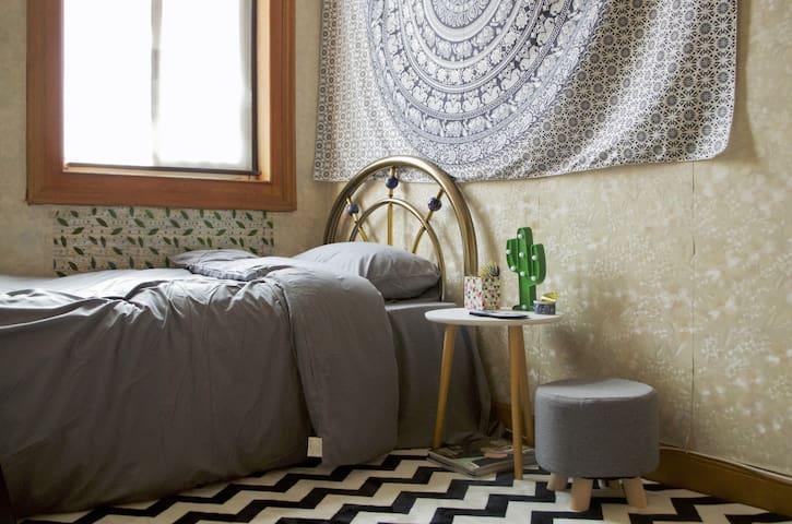 cozy room/邻近3、4、7号线镇坪路站/内环苏州河沿线/