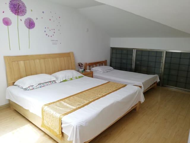 楼上次卧2,1.2米和1.8米两张床,室内有空调。