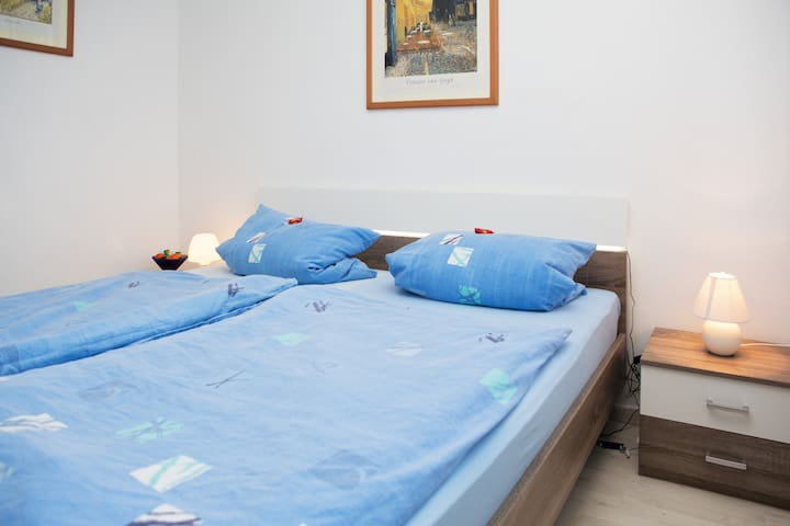 Liebevoll eingerichtetes Zimmer, klein und fein