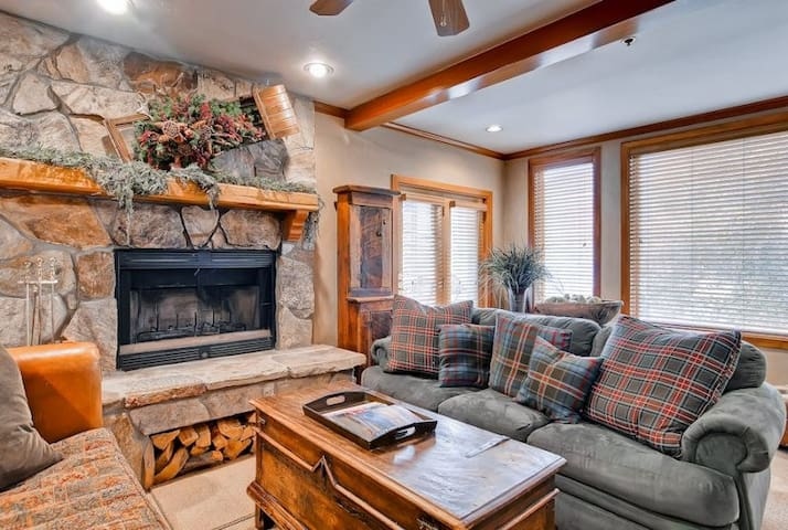 Ski-In/Ski-Out 2-Bedroom Condo With Upscale Amenities