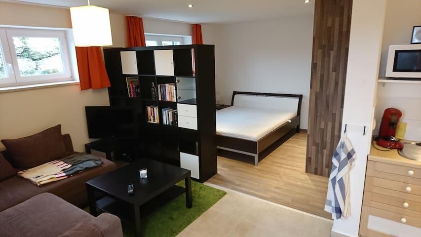 Der Schlafbereich mit gemütlichem Doppelbett und großem Kleiderschrank ist durch einen Raumtrenner vom Wohnbereich getrennt. The bedroom with a comfy full size bed and a big closet is seperated from the living room by a shelf.