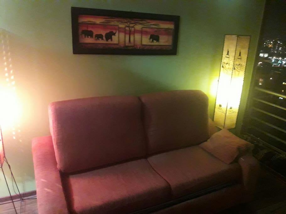 excelente sofá cama para dos personas.