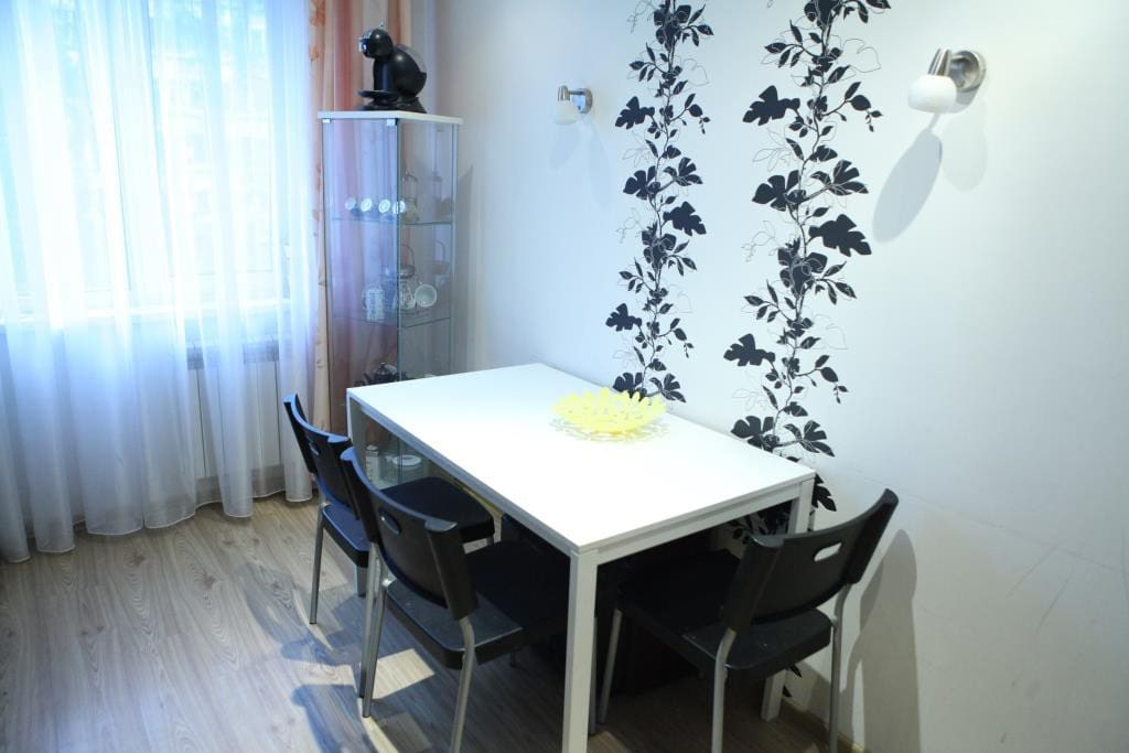 Удобный большой стол на 6-8 человек