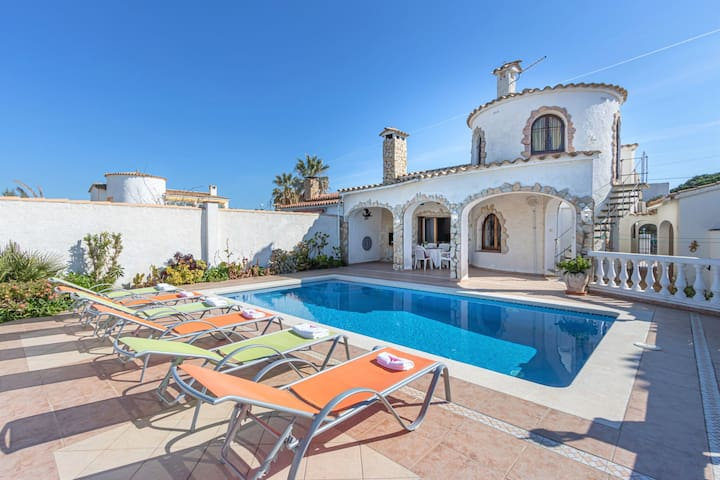 holiday house in Empuriabrava with private pool and mooring