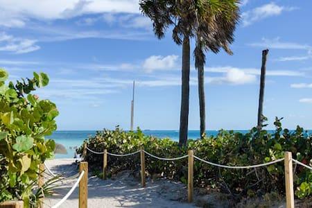 Quaint 2Br Condo next to Beach with free parking - Miami Beach