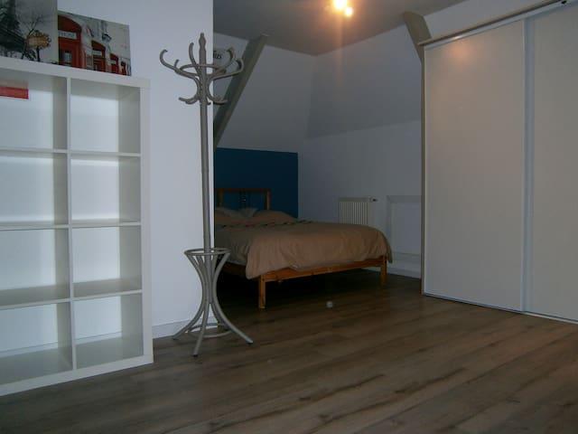 Grande chambre en centre ville de Questembert - Questembert - Casa