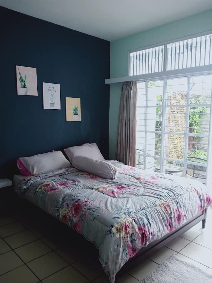 Rose Blue room, fresh&peaceful, Abadi48 homestay