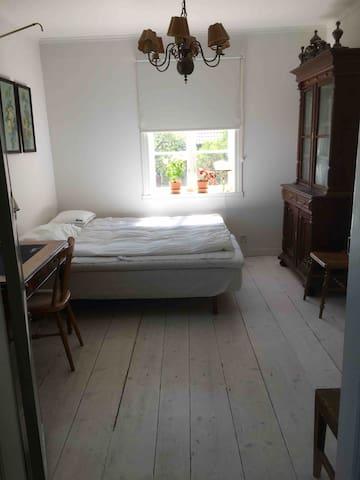 Sovrum 2. Mellan sovrum 1 och stora salen. Alla sovrum har egen ingång till gemensamma utrymmen.