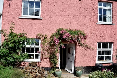 Cosy 17c cottage in village + pub - OAKFORD - Дом