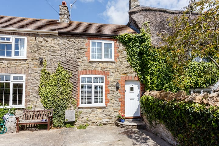 Bluebell Cottage, Weymouth.  Sleeps 6 & Baby.