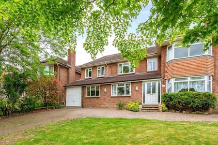 Beautiful quiet home with nice garden and parking.