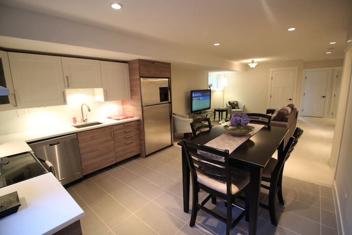 A home away from home with hot tub! - Surrey - Daire