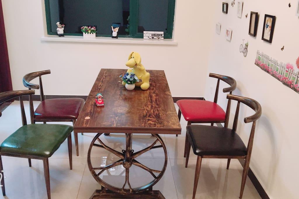 这是客厅的餐桌,特色的餐桌椅绝对让您忍不住拿起手机秀上一番