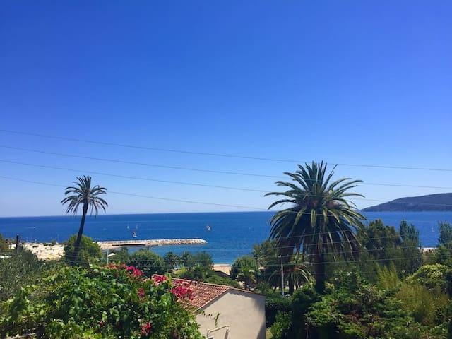 Mini 2 pièces, charme et vue mer au Mourillon