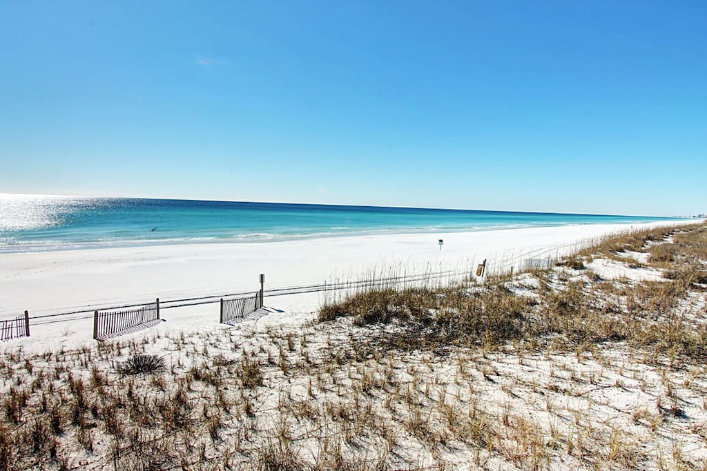 Spectacular Beaches in front of Mainsail!