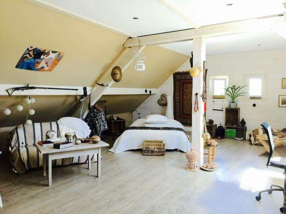 chambre atypique type loft de style africain chambres d 39 h tes louer ch vremont bourgogne. Black Bedroom Furniture Sets. Home Design Ideas