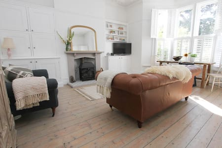 Beautifully Refurbished Apartment by the Sea