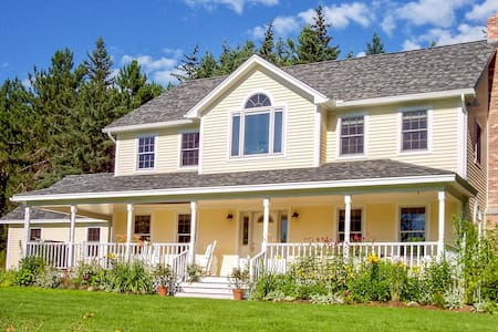 Cozy home with jetted tub, wood-burning fireplace & gas grill - dog-friendly!