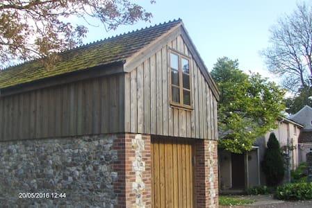 Studio flat above stone outbuilding - Devon - Loft