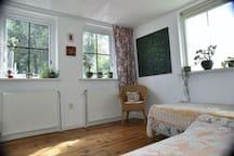 Slaapkamer beneden met twee eenpersoons bedden