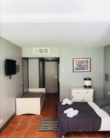 chambre avec lit double et lit gigogne