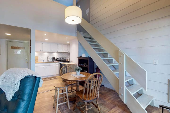 Skiers take note! Cozy, updated studio w/ shared pool & hot tub plus patio