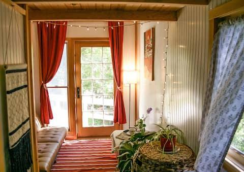 Fun, Private, Cozy,  Homemade Tiny House + Sauna