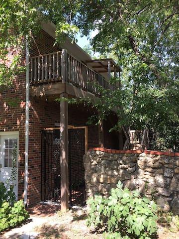 The Treetop Apartment - Fairmount