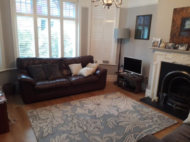 Double room in a beautiful garden mansion flat