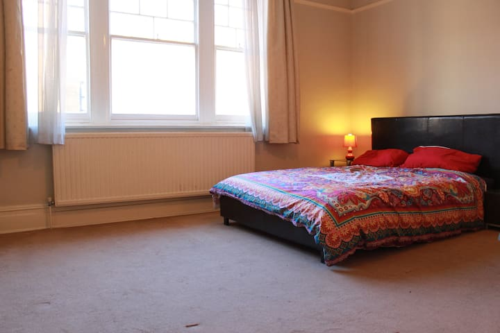 Large double room in central Kingston