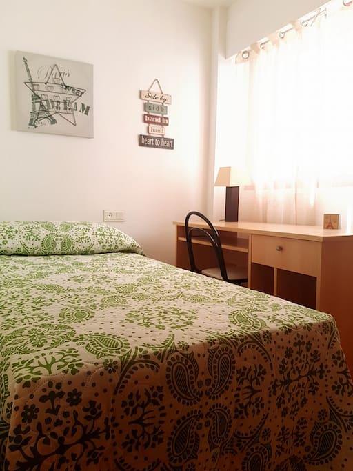 Habitación individual privada, con armario, escritorio, wifi y llaves.