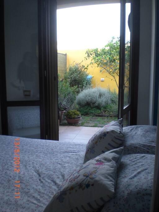 giardino retro abitazione