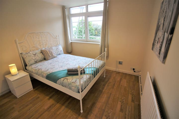 (STA-B)PRIVATE ROOM FOR 2 NEAR STEPNEY PARK