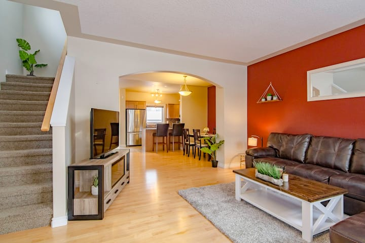 Stylish 3 Bedroom Duplex near UofS/RUH