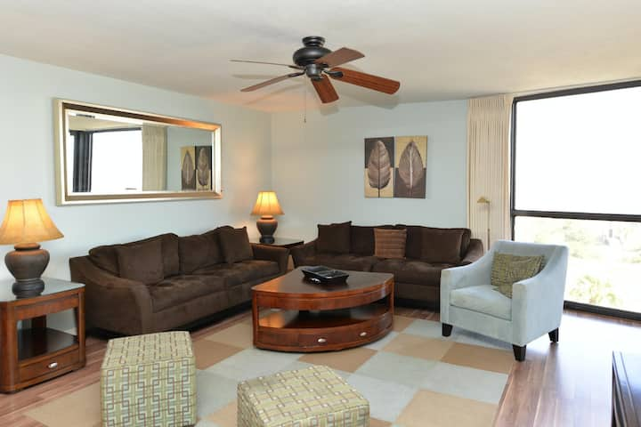6th-floor condo w/beach service included + shared pool, hot tub, & tennis court!