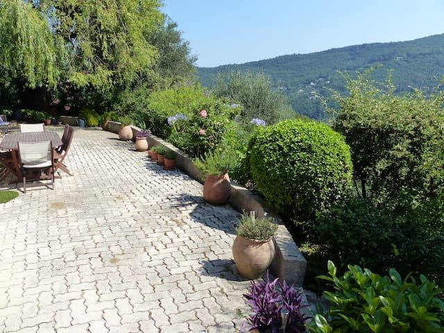 Sunny, calm room with a view - Tourrettes-sur-Loup - บ้าน
