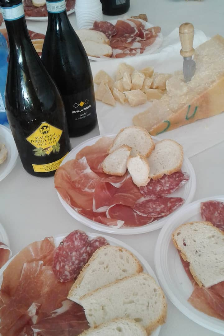 Ham, salame, bread and wine: so good!
