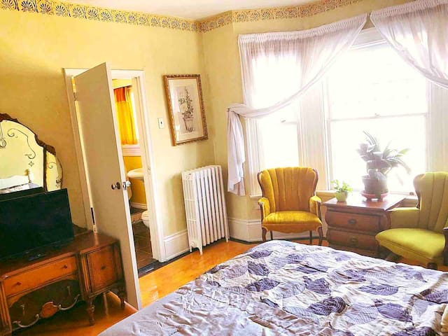 Huron Century House - Yellow Room