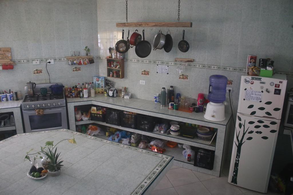 Cocina muy bien equipada, con todos los utensilios necesarios y condimentos, con estufa a gas y horno  grande para los amantes del arte de la cocina.