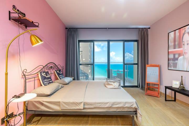 【粉红日志海景大床房】投影巨幕·三亚湾极限临海·紧邻椰梦长廊·躺床上看海·一分钟上沙滩·可做饭
