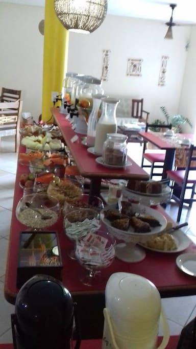 Buffet de café da manhã servido no salão das 08 as 10 hs diariamente