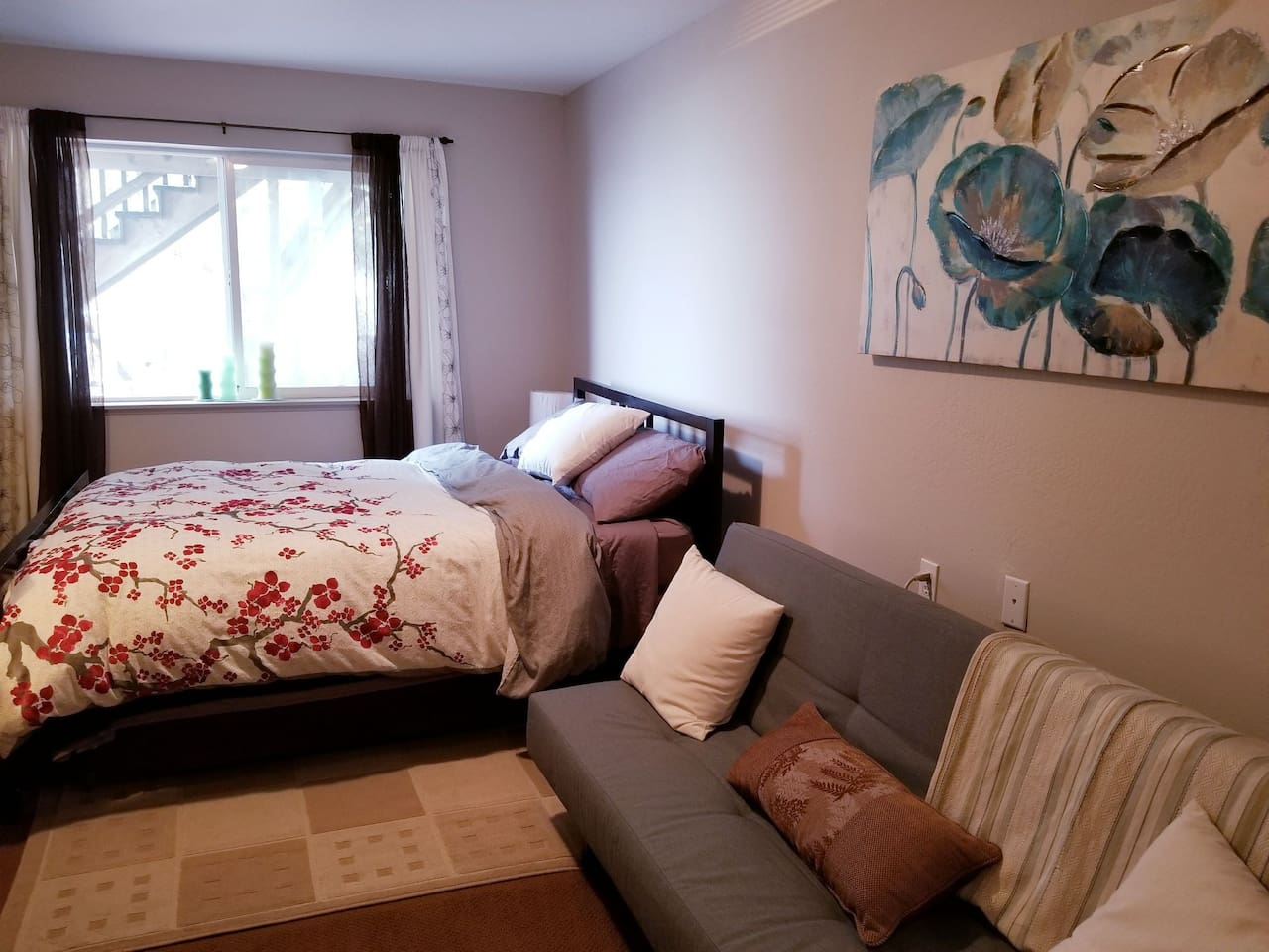 Bedroom with queen bed and fold out twin sofa