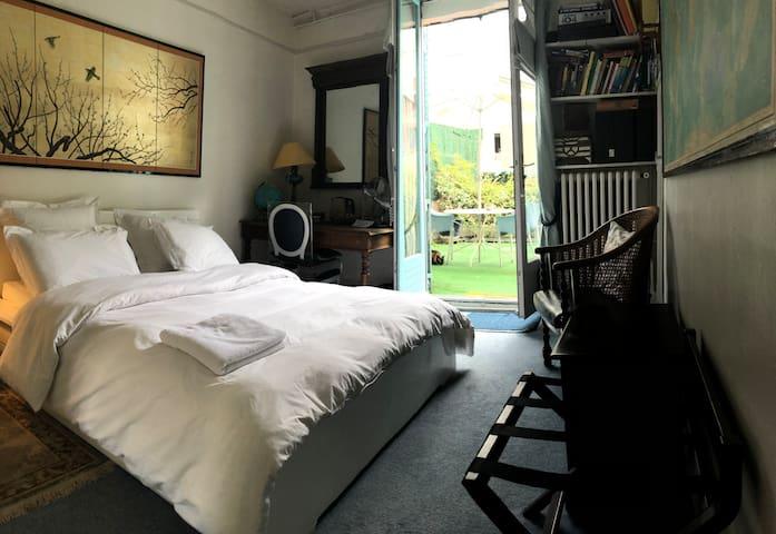 La chambre a sa propre terrasse de 16 M2. Lit de haute qualité, draps de lit et de bain de luxe. La chambre est baignée de lumière dès le matin. Il y a toutefois des volets occultants !